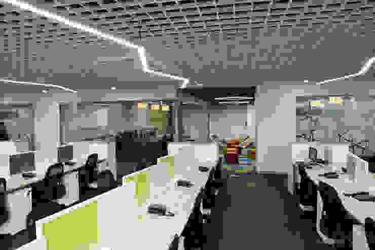 Apex Project Solutions Pvt. Ltd. Moderne Ladenflächen Holzwerkstoff Weiß
