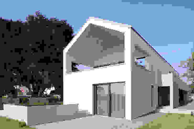 Südfassade von Architekturbüro zwo P Minimalistisch Beton