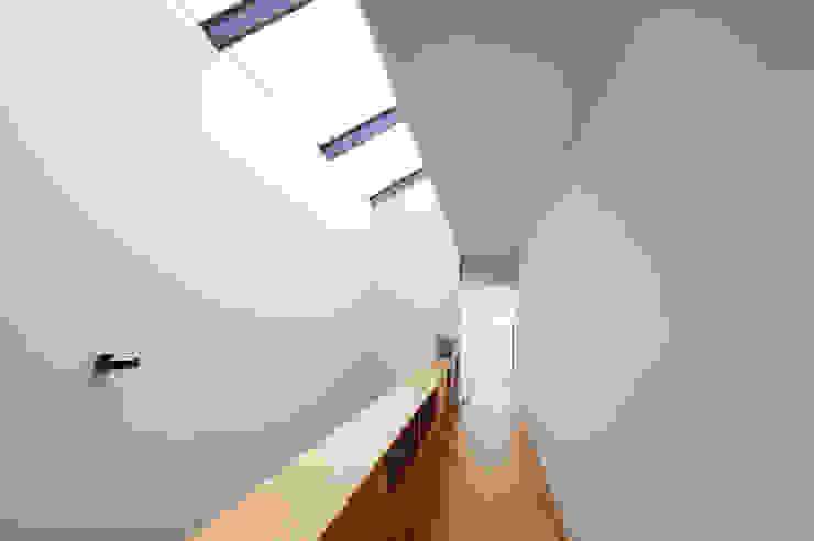 Architekturbüro zwo P Pasillos, vestíbulos y escaleras de estilo minimalista Madera Marrón