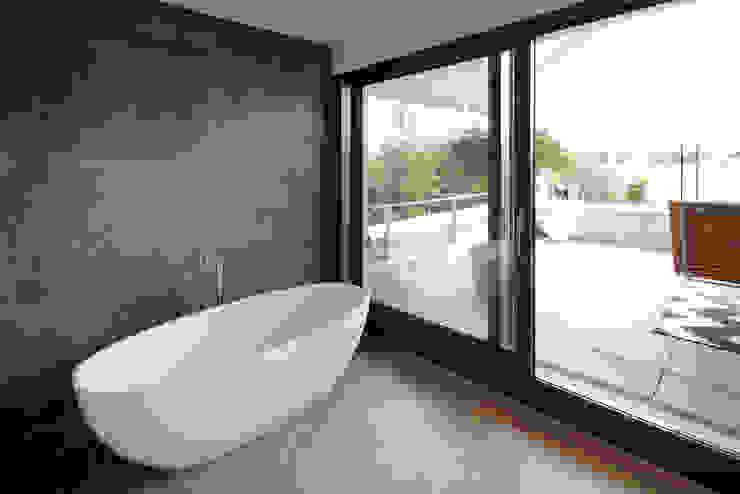Architekturbüro zwo P Baños de estilo minimalista Azulejos Gris