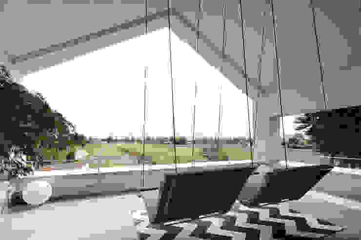 Architekturbüro zwo P Balcones y terrazas de estilo minimalista Piedra Gris