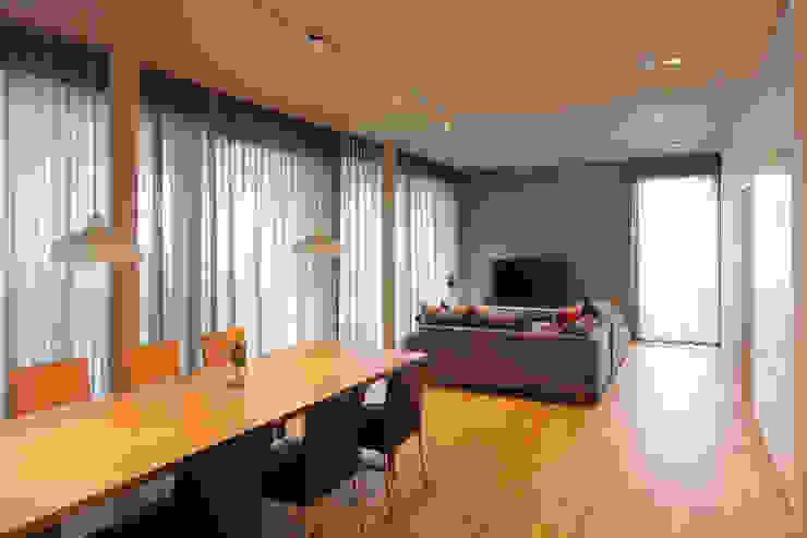 Architekturbüro zwo P Salas de estilo minimalista Concreto Multicolor
