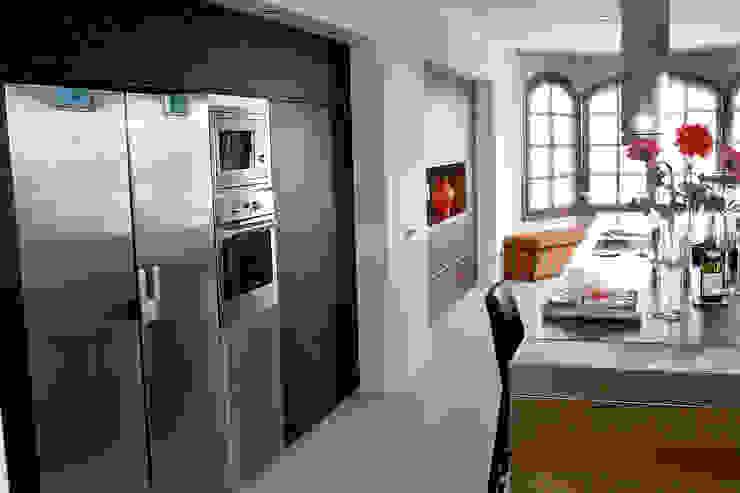 Diseño de cocina nueva en una villa de Sotogrande por Qum estudio Qum estudio, tienda de muebles y accesorios en Andalucía Cocinas integrales Madera Acabado en madera