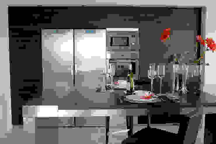 Diseño de cocina nueva en una villa de Sotogrande por Qum estudio Qum estudio, tienda de muebles y accesorios en Andalucía Módulos de cocina Hierro/Acero Acabado en madera