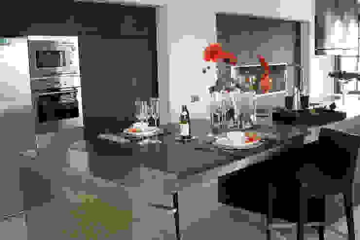 Diseño de cocina nueva en una villa de Sotogrande por Qum estudio Qum estudio, tienda de muebles y accesorios en Andalucía Cocinas integrales Aluminio/Cinc Acabado en madera