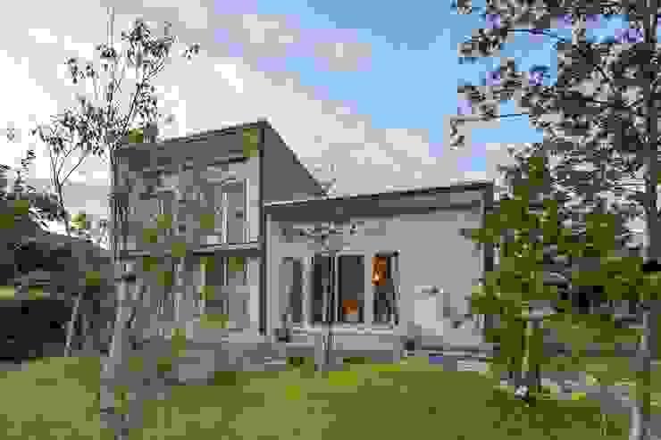 庭より南側外観をみる アース・アーキテクツ一級建築士事務所 木造住宅 スレート 白色