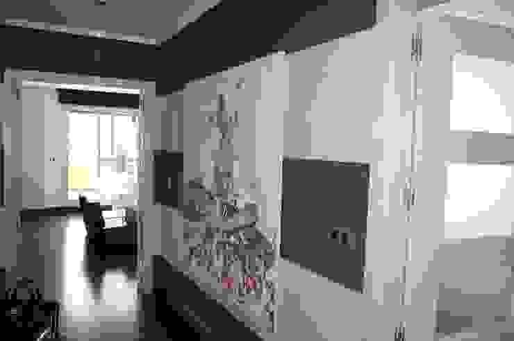 Pasillos y recibidores de estilo  por Qum estudio, tienda de muebles y accesorios en Andalucía
