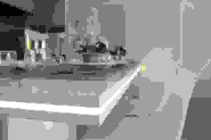 Apartemen Landmark II - Tipe  2 Bedroom (Design I): Ruang Makan oleh POWL Studio,