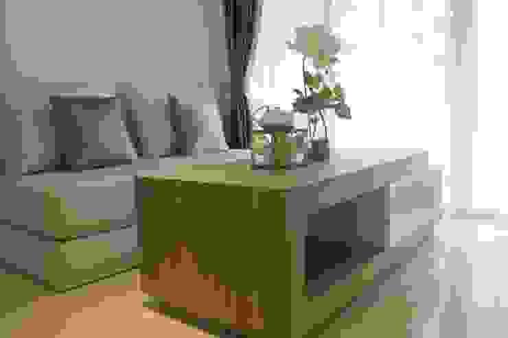 Apartemen Landmark II - Tipe  2 Bedroom (Design I): Living room oleh POWL Studio,