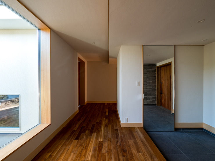 株式会社エキップ Pasillos, vestíbulos y escaleras de estilo moderno Madera maciza Acabado en madera