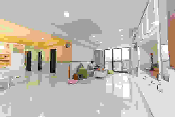 白文化石客廳沙發背牆延伸至黃色牆面的廊道:  國家  by 藏私系統傢俱, 鄉村風