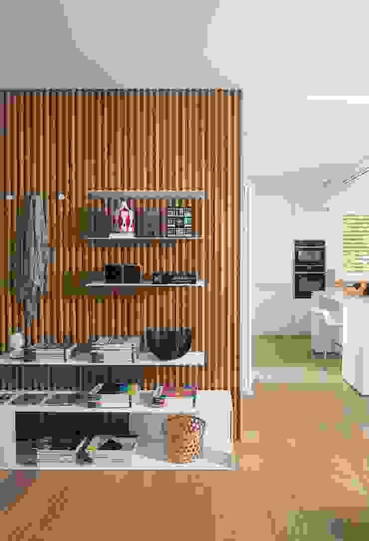 Didonè Comacchio Architects ระเบียงและโถงทางเดิน ไม้ White