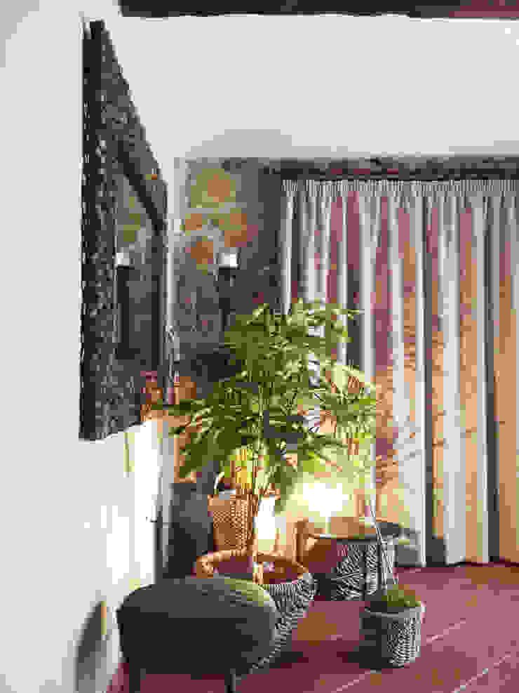 Quinta da Cerca Corredores, halls e escadas rústicos por Qiarq . arquitectura+design Rústico Pedra
