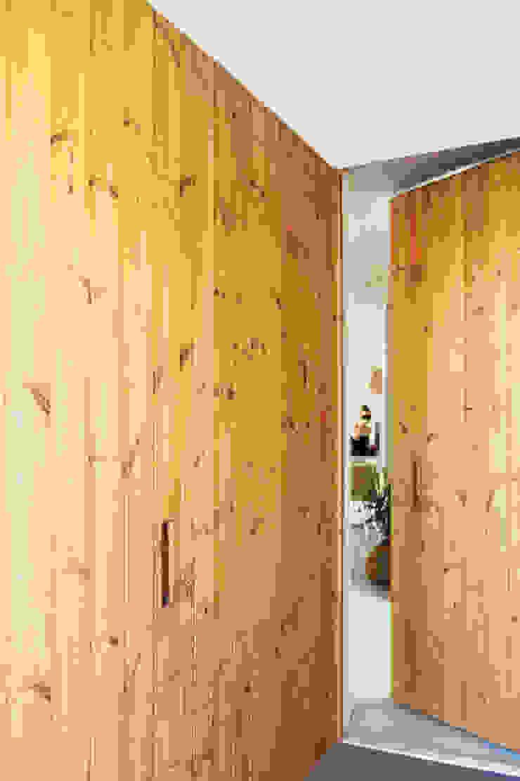 Qiarq . arquitectura+design Pasillos, vestíbulos y escaleras de estilo minimalista Madera Acabado en madera