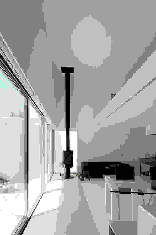 Livings de estilo minimalista de 稲山貴則 建築設計事務所 Minimalista