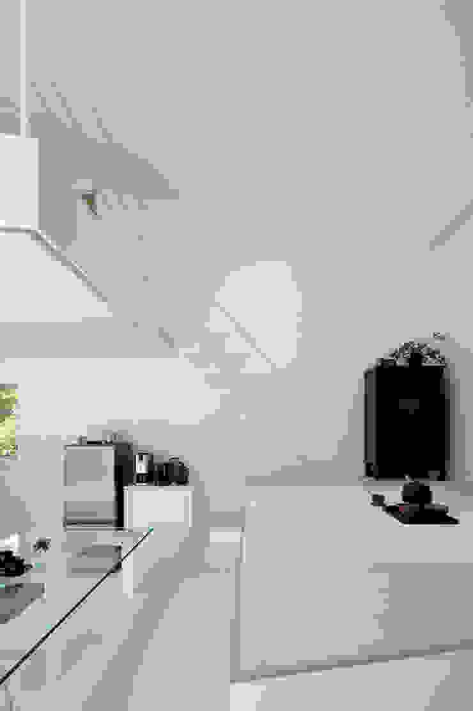 Salas multimedia de estilo minimalista de 稲山貴則 建築設計事務所 Minimalista Contrachapado