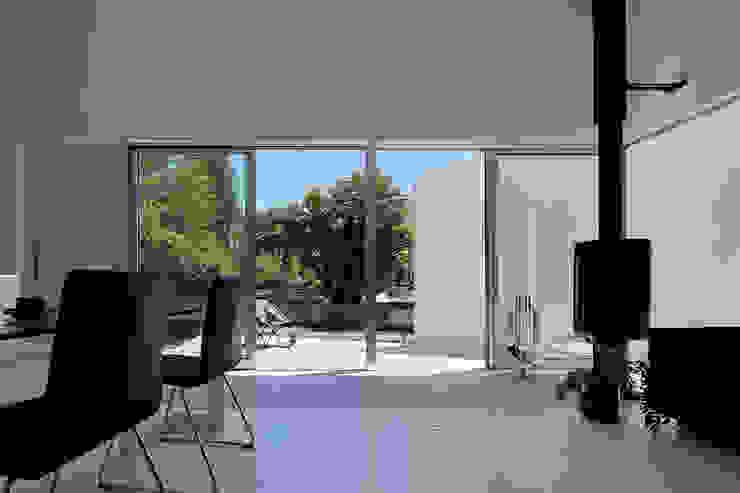 Puertas y ventanas minimalistas de 稲山貴則 建築設計事務所 Minimalista Vidrio