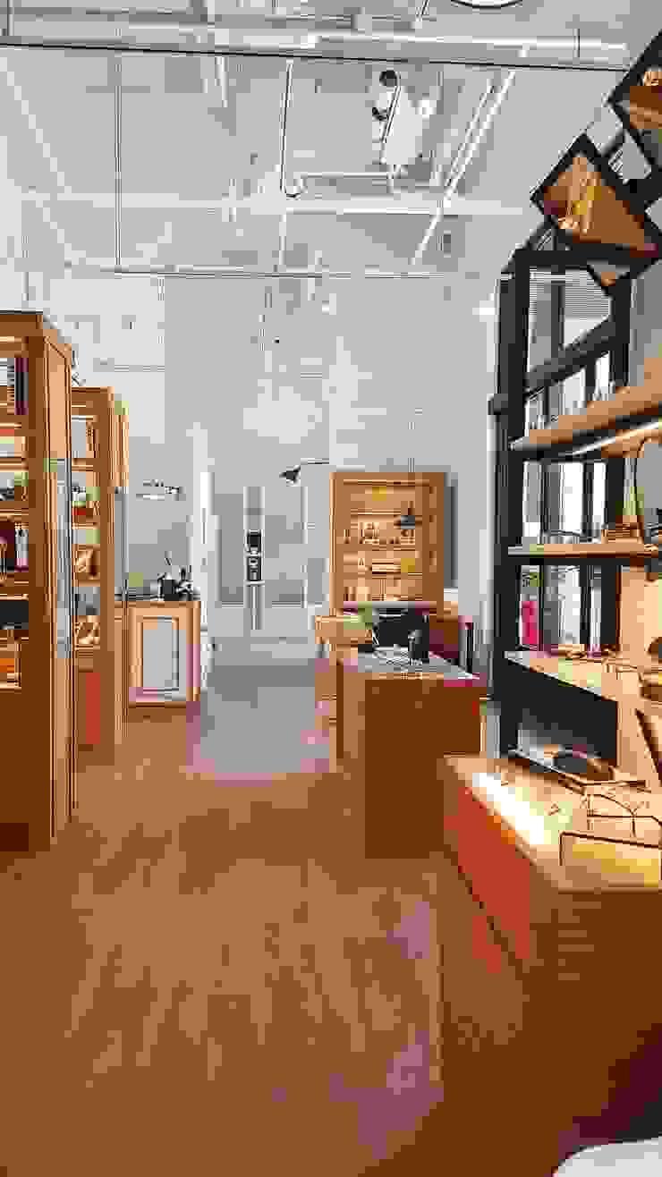 像藝術品般展示的商品 XY DESIGN - XY 設計 Office spaces & stores Wood effect