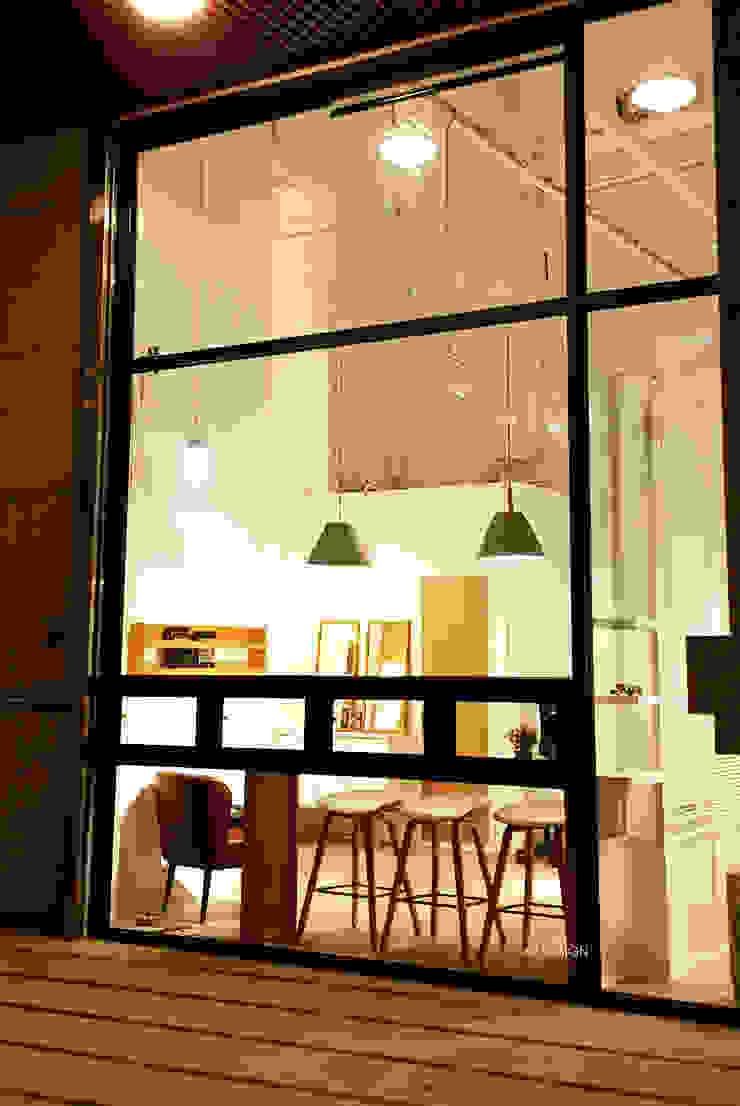 夜晚的商店由外望入 XY DESIGN - XY 設計 Office spaces & stores Wood effect
