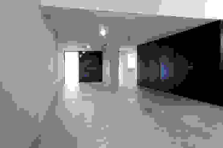 Livings de estilo moderno de 一級建築士事務所アトリエソルト株式会社 Moderno