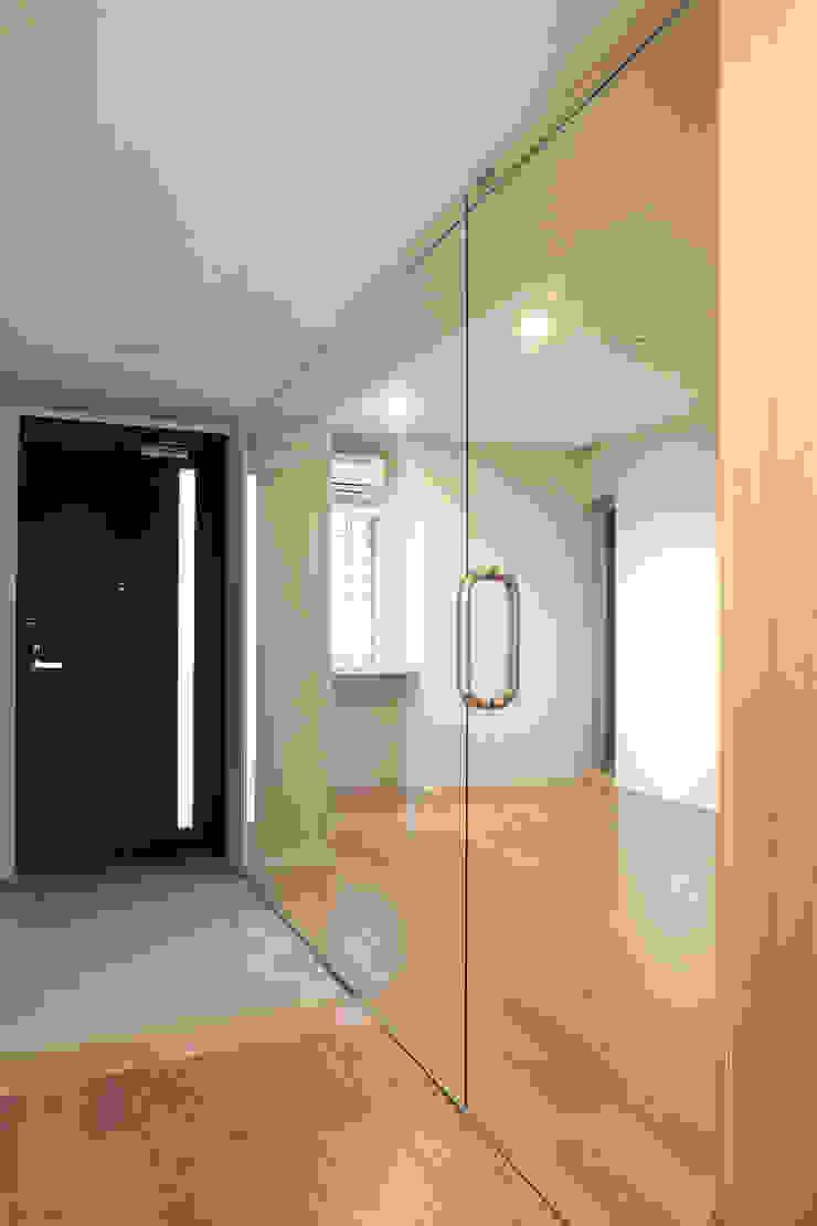 Pasillos, vestíbulos y escaleras modernos de 一級建築士事務所アトリエソルト株式会社 Moderno