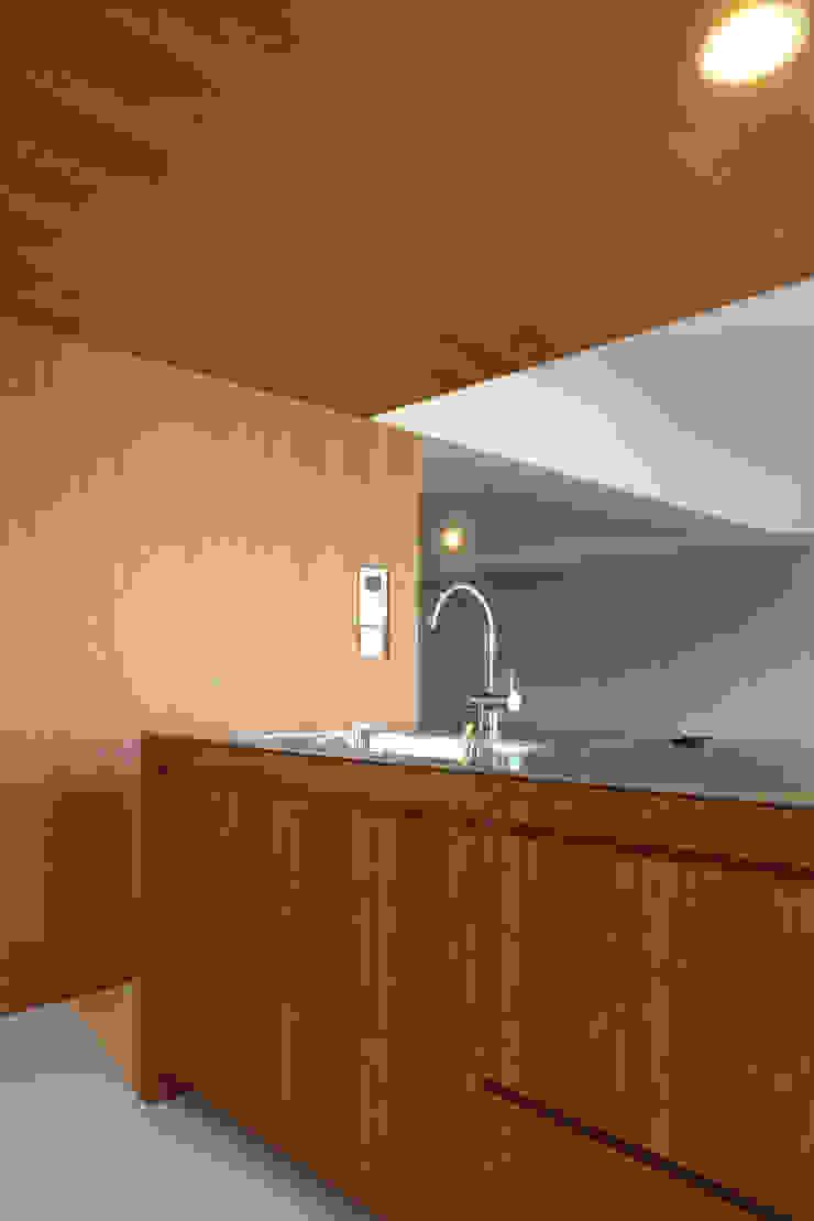 Cocinas de estilo moderno de 一級建築士事務所アトリエソルト株式会社 Moderno