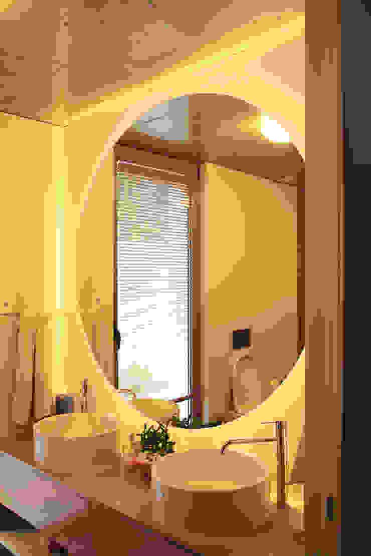 Qiarq . arquitectura+design Baños de estilo minimalista Vidrio Acabado en madera