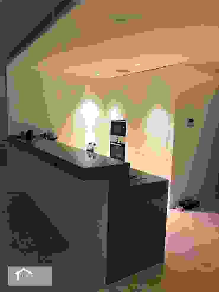 Transitional style at 53 Grange Road Modern kitchen by Singapore Carpentry Interior Design Pte Ltd Modern