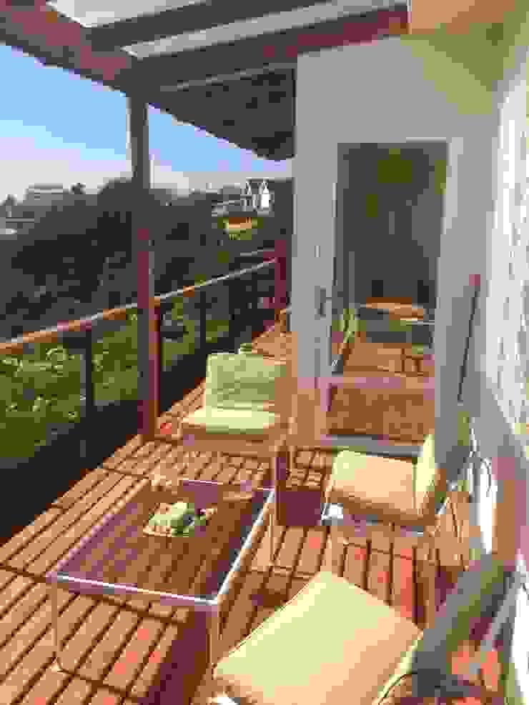 Classic style balcony, veranda & terrace by Lares Arquitectura Classic