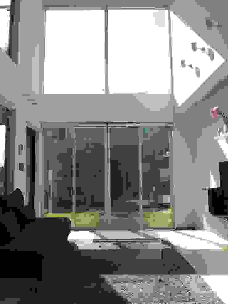 中庭の家 モダンデザインの リビング の RAI一級建築士事務所 モダン