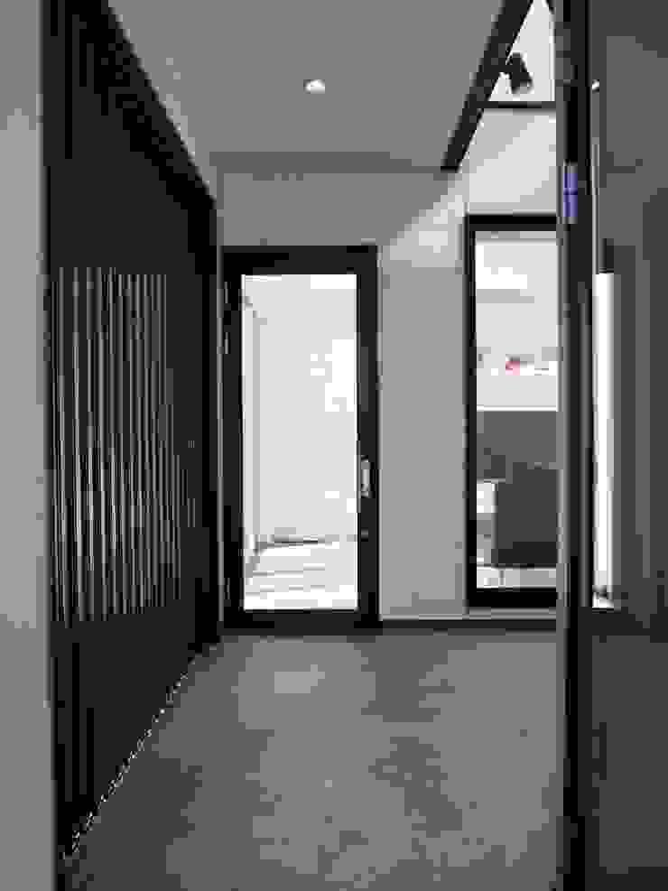 中庭の家 モダンスタイルの 玄関&廊下&階段 の RAI一級建築士事務所 モダン