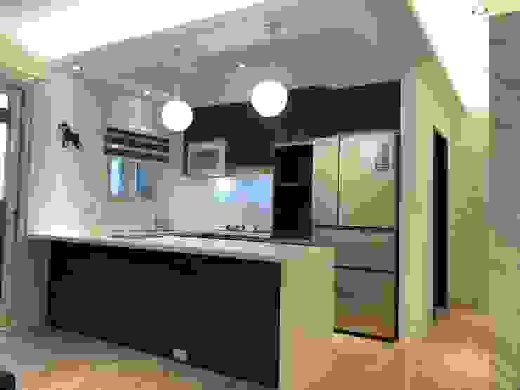 五股成泰路 開放式廚房 造型吧台設計 現代廚房設計點子、靈感&圖片 根據 捷士空間設計(省錢裝潢) 現代風
