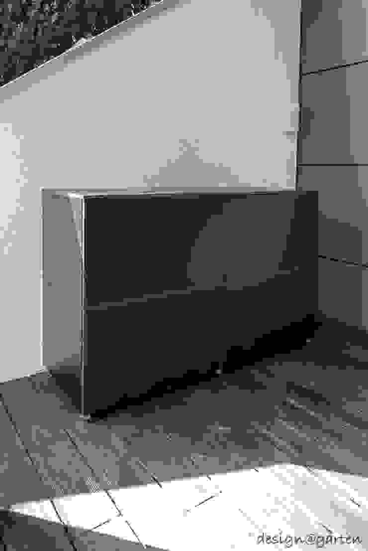 por design@garten - Alfred Hart - Design Gartenhaus und Balkonschraenke aus Augsburg Moderno Compósito de madeira e plástico
