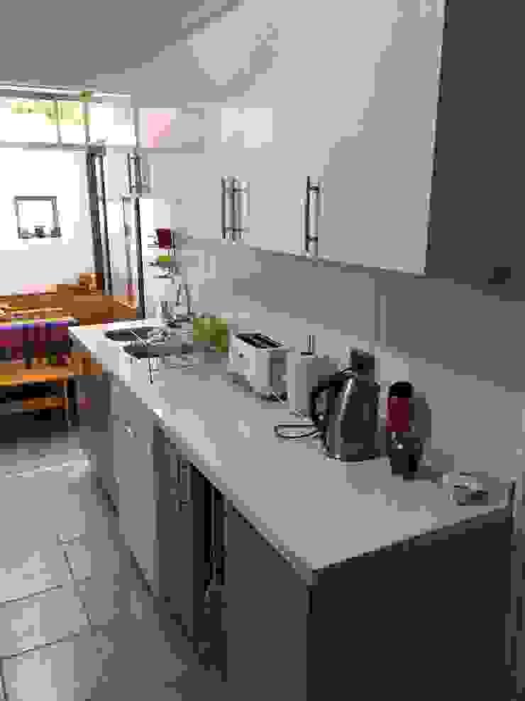 Cocina después de remodelación Modern Kitchen by ESARCA Modern