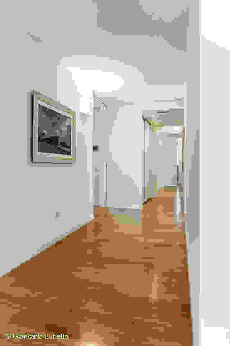 Ignazio Buscio Architetto Modern Corridor, Hallway and Staircase Wood White