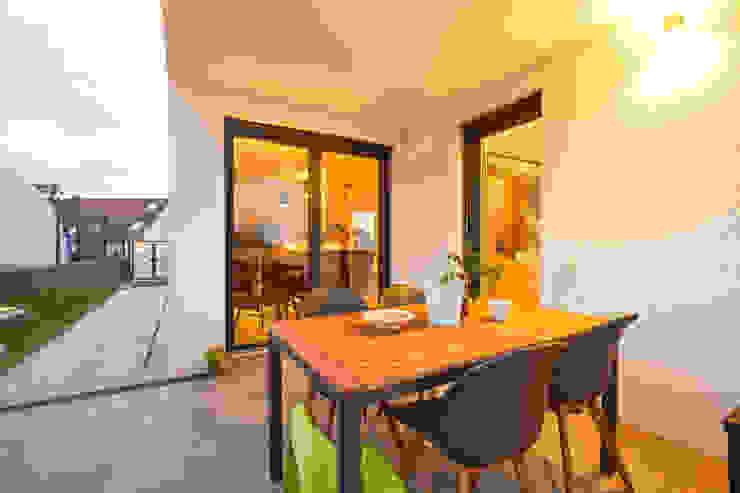 STRICK Architekten + Ingenieure Modern style balcony, porch & terrace