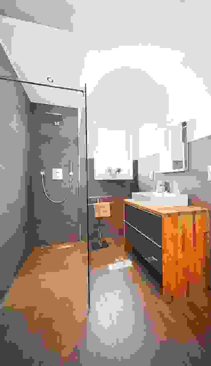 STRICK Architekten + Ingenieure BathroomBathtubs & showers