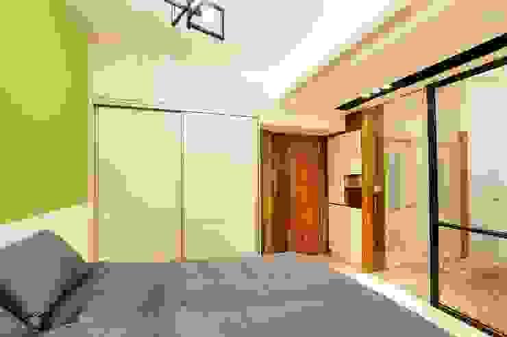 配有大型衣櫃的主臥室,收納好方便:  臥室 by 奕禾軒 空間規劃 /工程設計, 現代風