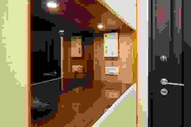 入口玄關處可以擺置鑰匙手機:  走廊 & 玄關 by 奕禾軒 空間規劃 /工程設計, 現代風