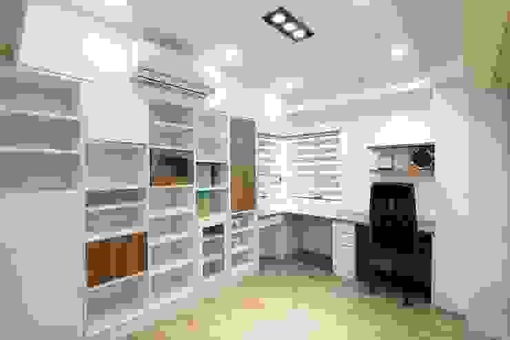 明亮大方的書房配上整層書櫃:  書房/辦公室 by 奕禾軒 空間規劃 /工程設計, 現代風