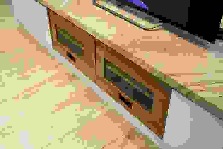 木質電視櫃:  客廳 by 奕禾軒 空間規劃 /工程設計, 現代風