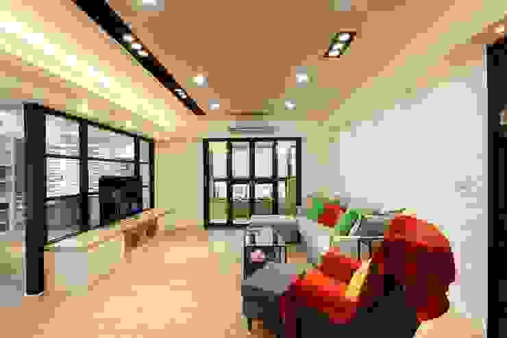 木質地板的客廳一眼望去可以看到陽台:  客廳 by 奕禾軒 空間規劃 /工程設計, 現代風