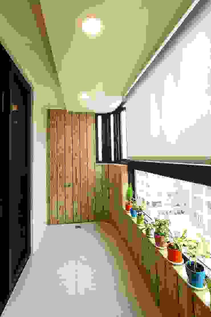 陽台的設計也能與室內一致 Modern style balcony, porch & terrace by 奕禾軒 空間規劃 /工程設計 Modern