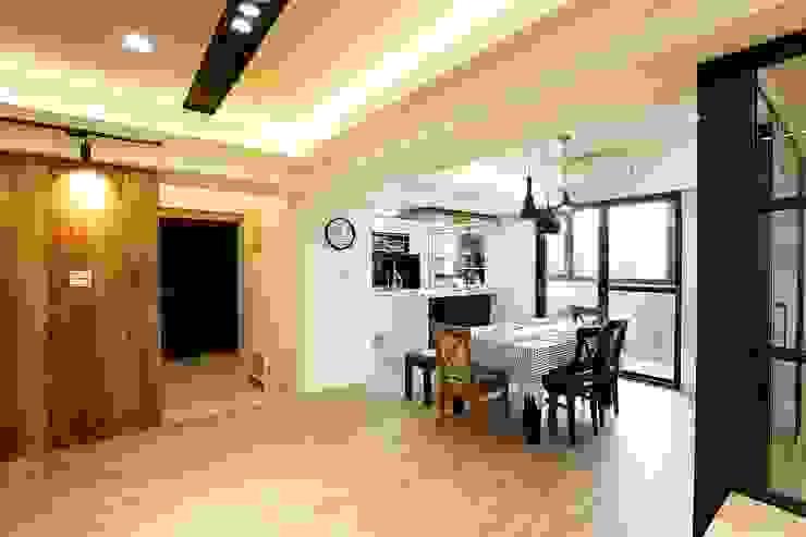 開放式的餐廳連結客廳:  餐廳 by 奕禾軒 空間規劃 /工程設計, 現代風