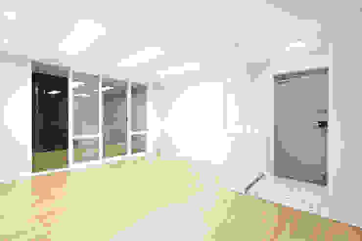 수원시 조원동 벽산블루밍 모던스타일 거실 by 한 인테리어 디자인 모던