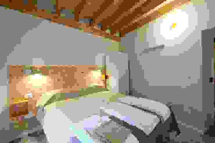 architetto Davide Fornero Dormitorios de estilo moderno Tableros de virutas orientadas Beige