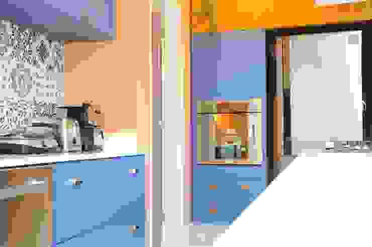 Cozinha com cores e Base neutra por MARIA FERNANDA PEREIRA Moderno Madeira maciça Multi colorido