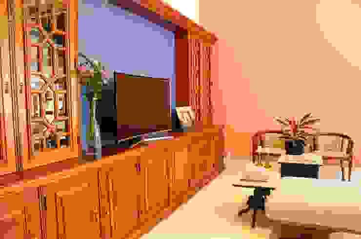 Biblioteca em Madeira Maciça remodelada para abrigar Home Theater Salas de estar modernas por MARIA FERNANDA PEREIRA Moderno Madeira Efeito de madeira