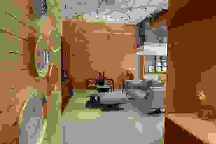 Entrada e Sala de Estar com pé-direito duplo e mezanino Salas de estar modernas por MARIA FERNANDA PEREIRA Moderno Madeira Efeito de madeira