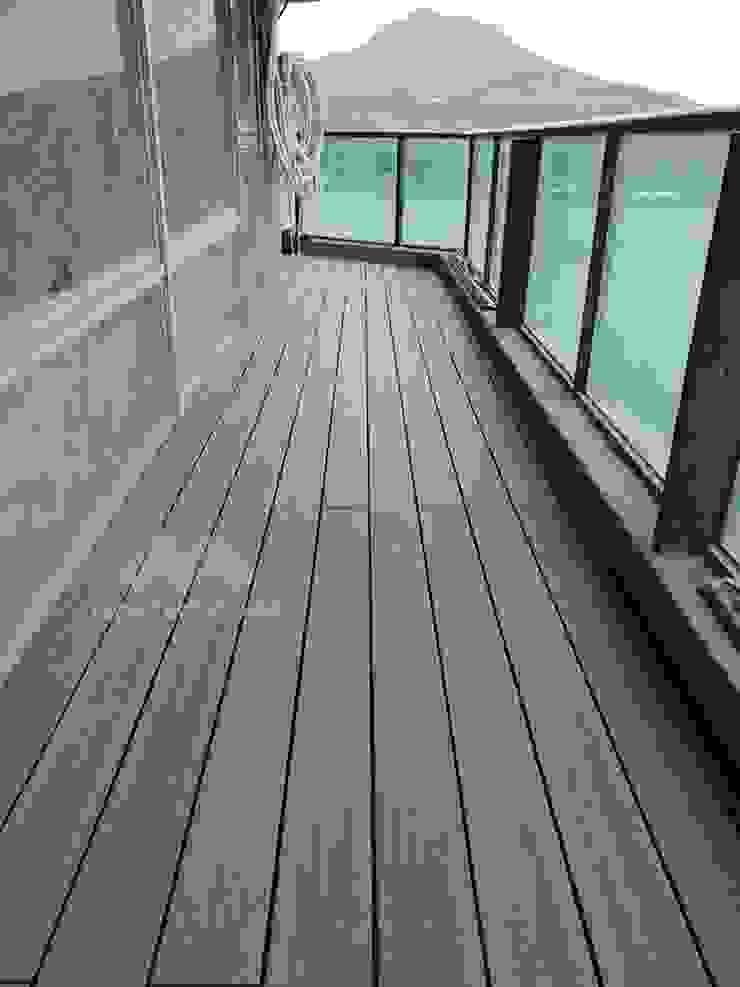 Balcone, Veranda & Terrazza in stile scandinavo di 新綠境實業有限公司 Scandinavo PVC